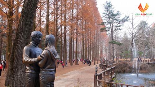 Cuối tháng 11 là lúc Hàn Quốc bắt đầu chuyển lạnh và có tuyết. Mùa đông tại đây kéo dài từ đầu tháng 12 đến giữa tháng 3 năm sau. Vào mùa lạnh nhất trong năm, Hàn Quốc được bao phủ bằng cảnh tuyết trắng đẹp như trong tranh, hấp dẫn hàng nghìn du khách.Đảo NamiMang tên của vị tướng Nami nổi tiếng Hàn Quốc, đây là hòn đảo nhân tạo nằm ở Chuncheon. Đến đây bạn sẽ được bước đi trên những con đường rừng, cây cảnh, hồ thơ mộng từng là cảnh quay trong bộ phim Chuyện tình mùa đông. Mùa đông đảo Nami được bao phủ bởi lớp tuyết trắng như một bức tranh cổ tích. Ngoài ra, vườn Gongsaengwon nổi tiếng cũng thu hút du khách đến tham quan nhờ bức tượng của hai ngôi sao Hàn Quốc trong Bản tình ca mùa đông là Bae Yong Joon và Choi Ji Woo. Tại đây, bạn và người thương có thể tạo dáng như bức tượng giữa bầu mùa đông lãng mạn.