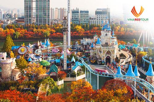 Lotte World  Trung tâm vui chơi giải trí hàng đầu Hàn QuốcCông viên trong nhà lớn bậc nhất thế giới Lotte World là nơi phải ghé một lần trong đời. Với không gian hơn 130.000 m2, nơi đây hội tụ các trò chơi, chương trình nghệ thuật đặc sắc và là nơi gia đình, bạn bè hay dắt nhau tới chơi vào mỗi cuối tuần.Giờ mở cửa: 9h30-22h (thứ sáu - chủ Nhật: 23h). Giá vé là 38.000 won (tương đương hơn 700.000 đồng). Vé vào cửa và xem show: 25.000 won (tương đương hơn 480.000 đồng). Vé mỗi trò chơi: 3.000 - 4.000 won (tương đương từ 55.000 - 75.000 đồng)