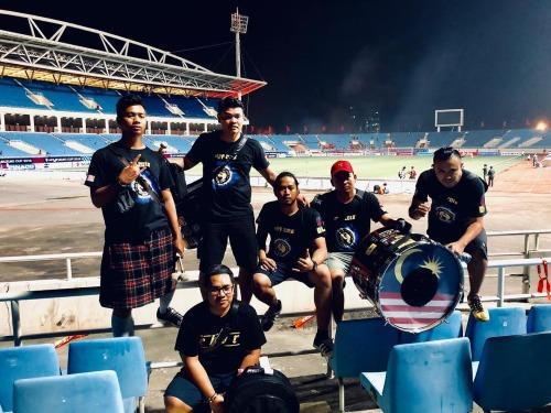 Amal (giữa) cùng bạn bè chụp tại sân Mỹ Đình. Ảnh:NVCC.