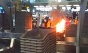 Hành khách đốt hành lý để phản đối máy bay hoãn chuyến