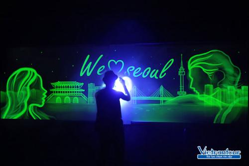 Theo hành trình tour, bạn sẽ chiêm ngưỡng màn trình diễn hội họa trên ánh sáng kỳ ảo hay nhất Hàn Quốc.