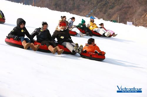 Thỏa sức trượt tuyết bằng phao, đắp nặn người tuyết tại Hàn Quốc qua chùm tour của Vietrantour.