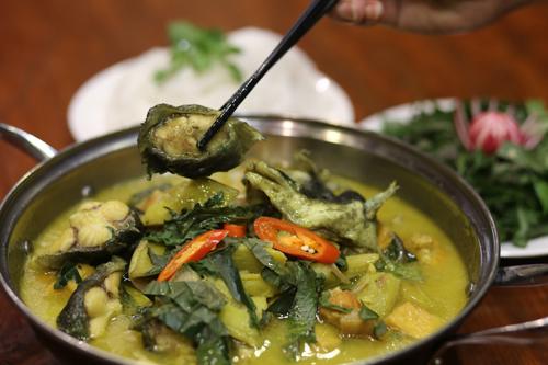 Om chuối đậu là cách chế biến cá chình được nhiều thực khách yêu thích.