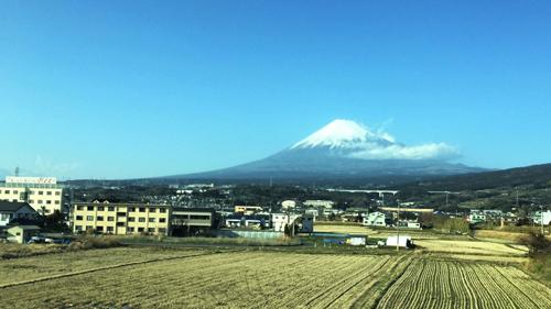 Nếu đi shinkansen tuyến Tokyo tới Nagoya hay Osaka, bạn hãy tranh thủ chiêm ngưỡng ngọn núi Phú Sĩ.