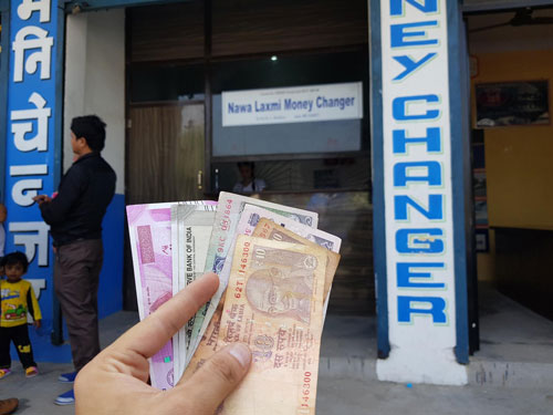 Luôn chuẩn bị sẵn một ít tiền mặt để chi tiêu, còn lại nên để trong thẻ ATM.