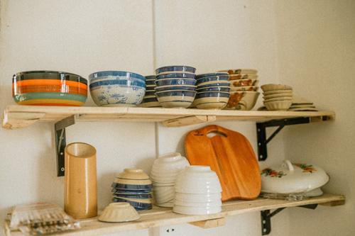 Gian bếp và phòng khách được nối liền với nhau trong một không gian. Trong đó phòng bếp đặt những bộ chén, tách, xoong, nồi, giỏ tre... mang dáng dấp xưa cũ.