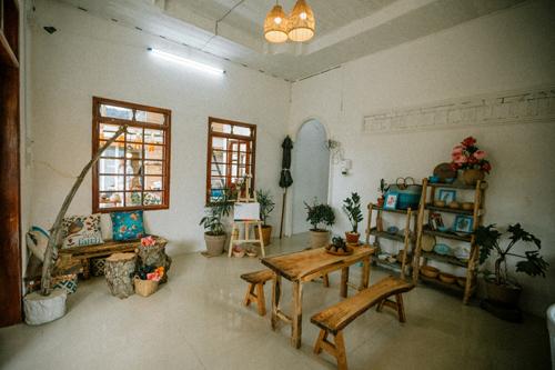 Phòng khách đặt những bộ bàn gỗ đơn giản, là nơi để mọi người vẽ tranh, đọc sách, thưởng thức trà. Bạn sẽ có nhiều sự lựa chọn khác nhau cho một nơi sống ảo.