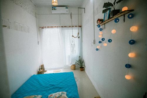 Phòng đơn có thiết kế nhỏ nhắn, view cửa sổ rộng với đầy đủ vật dụng cần thiết như điều hòa, đèn ngủ, chăn ga gối đệm. Đặc biệt, mỗi phòng đều có nhà vệ sinh riêng, thoáng mát thích hợp để sinh hoạt.