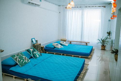 Phòng đôi có hai giường rộng, đằng sau lớp rèm trắng là cửa sổ kết nối tối đa giữa môi trường bên trong và bên ngoài.