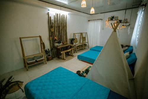 Phòng dorm ở Peace Home sở hữu hai kiểu thiết kế cơ bản lấy tông màu xanh làm điểm nhấn, cho bạn thoải mái check-in. Tuy là phòng dorm, không gian này vẫn có toilet riêng.