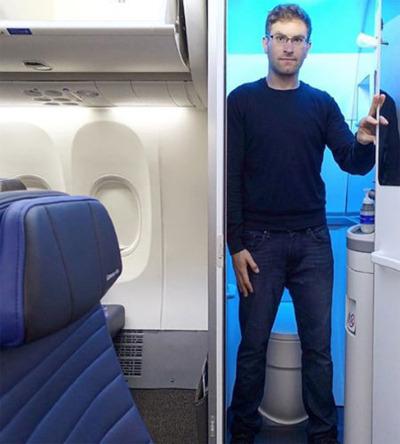 Zach Honig so sánh nhà vệ sinh nhỏ và hẹp như khoang chứa hành lý. Ảnh: News.