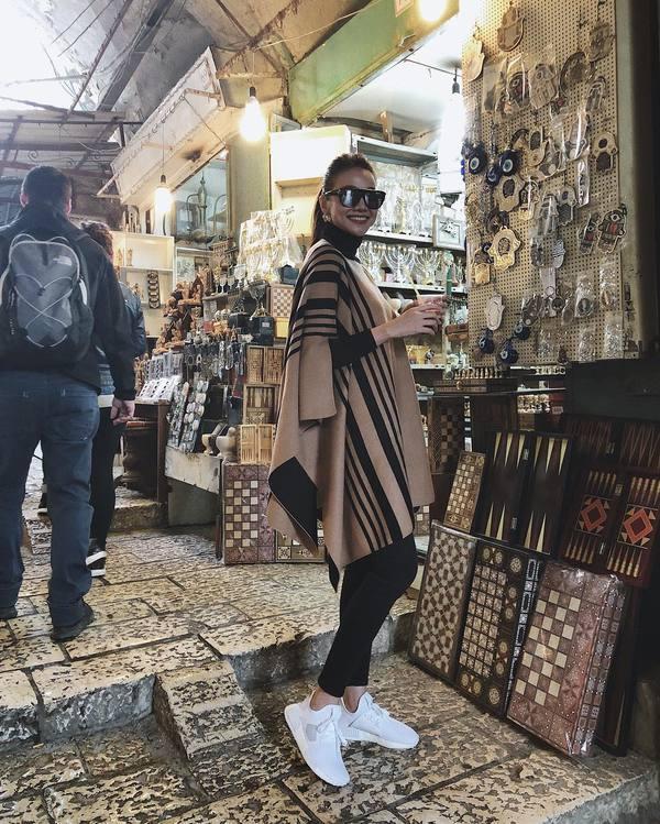Siêu mẫu Thanh Hằng cầu nguyện tại Bức tường Than khóc ở Jerusalem
