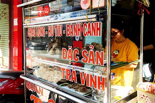Chiếc tủ kính đừng đầy đồ ăn bắt mắt. Ảnh: Di Vỹ.