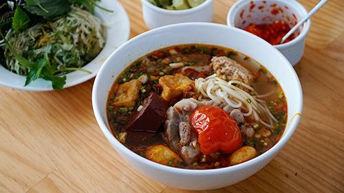 Bún riêu cua là món ăn được nhiều du khách nước ngoài yêu thích khi ghé thăm Việt Nam. Ảnh: Di Vỹ