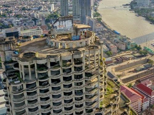 Tòa nhà bỏ hoang nhìn ra sông Chao Phraya. Ảnh: News.