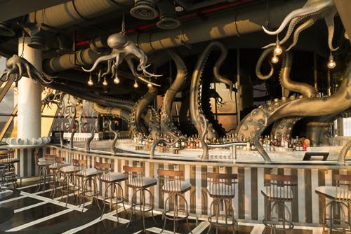 Thiết kế của quán bar lấy cảm hứng từ bạch tuộc Kraken khổng lồ. Đây là sáng tạo của kiến trúc sư Australia, Ashey Sutton, cha đẻ của nhiều quán bar độc nhất vô nhị tại châu Á.