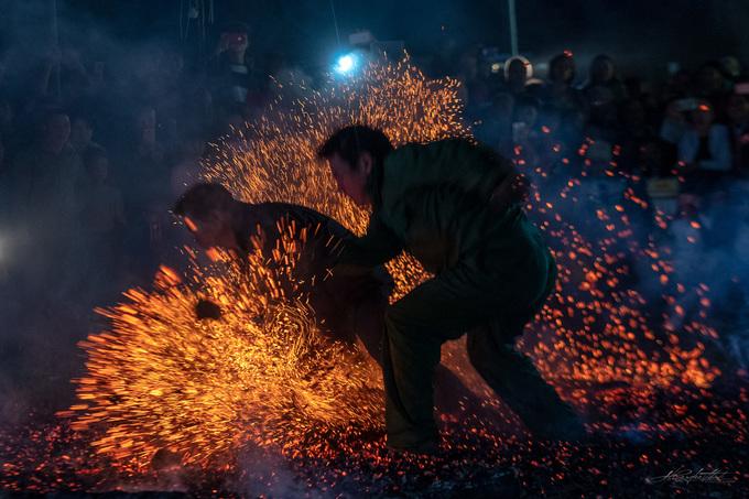 Lễ hội nơi trai tráng thi nhau lao vào đống lửa ở Hà Giang
