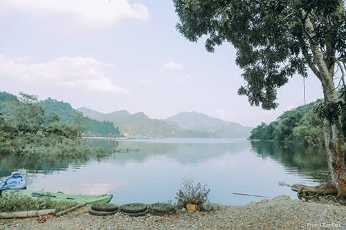 Khu nhà nghỉ với tầm nhìn thoáng rộng ra khung cảnh núi non, sông nước.