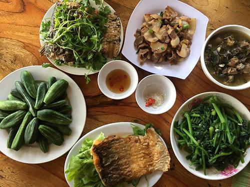 Bữa trưa với các món quen thuộc như cá sông Đà, trâu ninh lá lồm, lặc làyluộc...