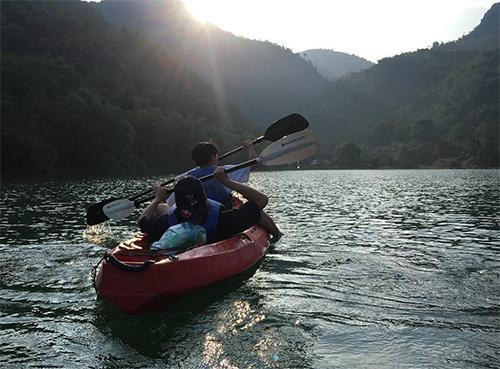 Bạn có thể thuê kayak với giá 100.000 đồng, không giới hạn thời gian.