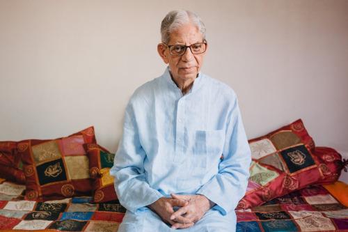 Ở tuổi ngoài 80, nhà nhân chủng học Pandit sống những chuỗi ngày nhẹ nhàng của tuổi già: làm thơ, nghiên cứu đạo Phật và đi dạo hàng ngày trong công viên, theo New York Times. Ảnh: Poras Chaudhary.