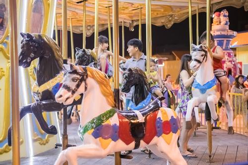 Với trẻ em, công viên giải trí này mở ra thế giới thần tiên qua các trò chơi tái hiện sinh động những câu chuyện cổ tích thân thuộc, như Vòng xoay ngựa gỗ, Chuyến tàu cổ tích, Đu quay...