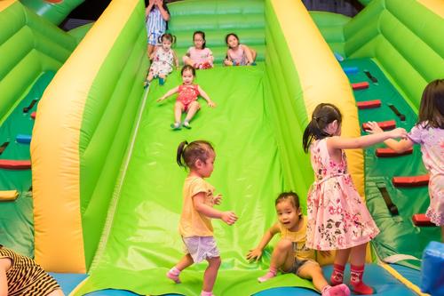 Các trò chơi tại đây được kiểm định nghiêm ngặt để đảm bảo an toàn tối đa cho du khách. Mỗi trò chơi sẽ được giới hạn bởi độ cao người chơi. Các bé nhỏ có thể chơi cùng bố mẹ hoặc người lớn. Điều đặc biệt là công viên mở cổng tự do, chỉ thu phí khi sử dụng dịch vụ.
