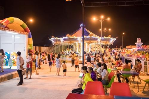 Ngoài hệ thống trò chơi đẳng cấp quốc tế, công viên còn hấp dẫn du khách bởi không gian và cảnh quan. Sau hành trình vui chơi, nhà hàng ẩm thực Á - Âu với thực đơn phong phú và quầy phục vụ thức ăn nhẹ sẽ tiếp thêm năng lượng vui chơi cho du khách.