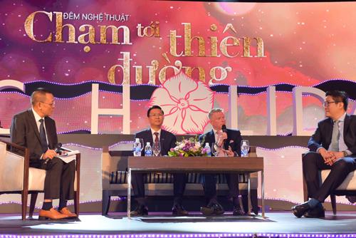 Ông Jonathan Mills (thứ hai từ phải sang) đánh giá FLC Holiday là ngôi sao sáng của Sở hữu kỳ nghỉ tại Việt Nam trong Sự kiện Chạm tới thiên đường, nhân dịp FLC Holiday ký kết gia nhập mạng lưới RCI.