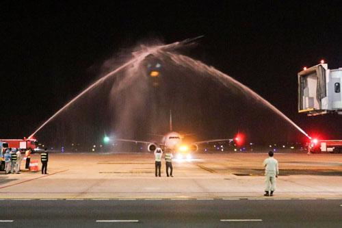 Chuyến bay thẳng đầu tiên từDaegu (TAE) đến Hanoi (HAN) làm nghi thức chào đón đặc biệt ở sân bay Quốc tế Nội Bài.