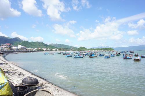Đi dọc bờ biển Nha Trang, bạn có thể nhìn thấy nhiều đoàn tàu đánh cá.