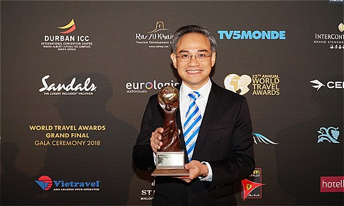 Đại diện công ty nhận danh hiệu Worlds Leading Group Tour Operator 2 năm liên tiếp.