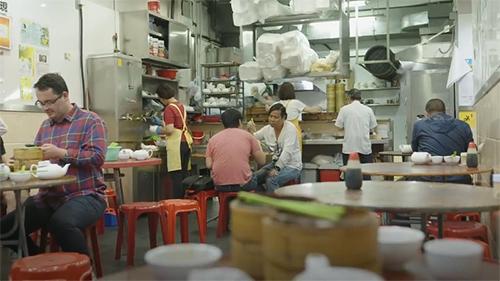 Nhà hàng có bố trí đơn giản, thu hút khách nhờ chất lượng món ăn. Ảnh: Nextshark.