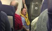 Nam tiếp viên 'eo bánh mì' nhảy sexy chọc cười cả máy bay