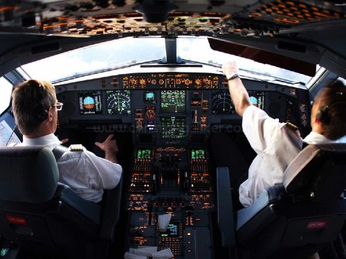Phi công trong buồng điều khiển. Ảnh: Business Insider.