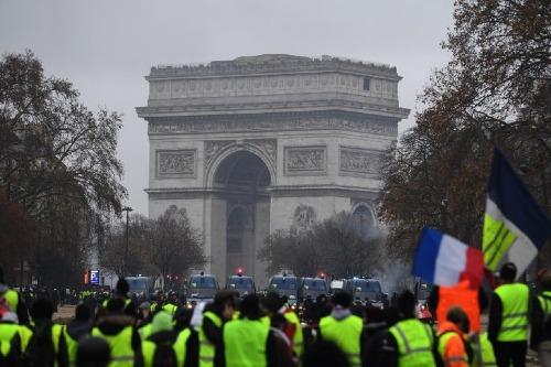 Phe áo vàng tập trung trước Khải Hoàn Môn trong cuộc biểu tình tại Paris hôm 1/12. Ảnh: AFP.