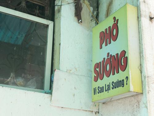 Tấm bảng hiệu khiến nhiều thực khách ở một quán phở trên đường Nguyên Hồng. Ảnh: Thành Trương.