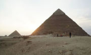Du khách bị chỉ trích vì khỏa thân trên kim tự tháp Ai Cập