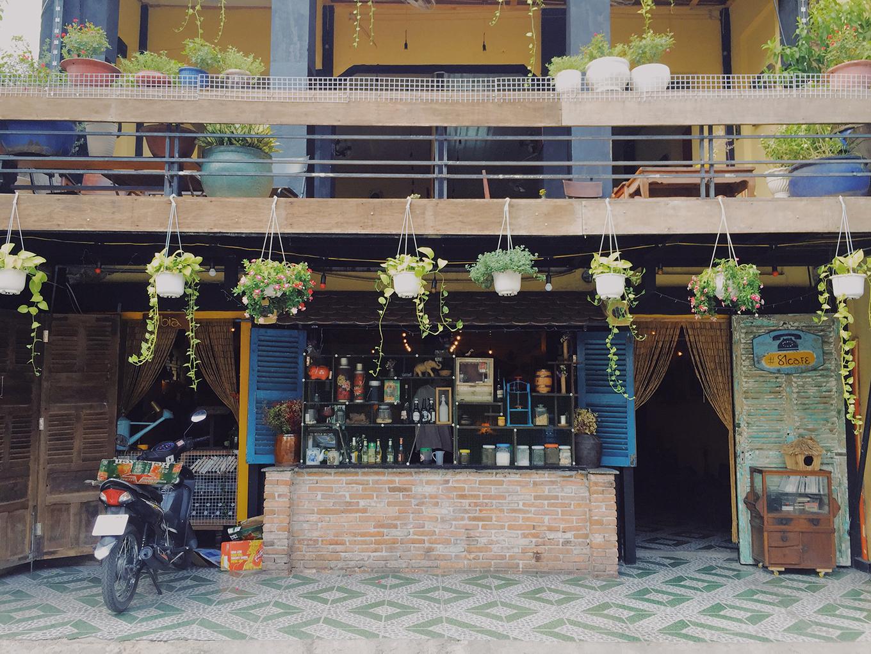 Tiệm cà phê sưu tầm nhiều đồ cổ ở trung tâm Sài Gòn