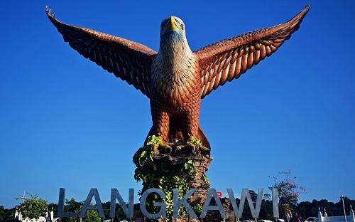Hòn đảo Langkawi có tên gọi được ghép từ Lang (helang  nghĩa là chim đại bàng) và Kawi (nghĩa là màu nâu đỏ). Những chú chim đại bàng màu nâu đỏ chính là linh vật của hòn đảo. Do đó, hành trình khám phá Langkawi sẽ không thể trọn vẹn nếu thiếu đi trải nghiệm ngắm đại bàng.