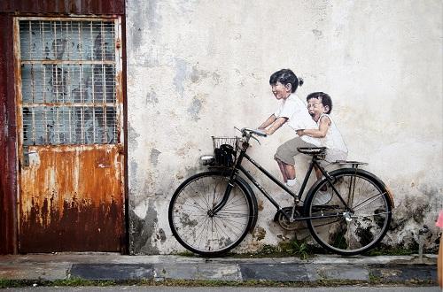 Chỉ cách Hà Nội khoảng 3 giờ bay, Malaysia là điểm đến với nhiều trải nghiệm đa dạng dành cho du khách. Ngoài Kuala Lumpur lộng lẫy, nhộn nhịp quen thuộc, du khách không thể bỏ qua Penang, nơi giao thoa hài hòa giữa văn hóa, nghệ thuật và ẩm thực; hay Langkawi, hòn đảo của thiên nhiên kỳ vĩ. Trên ảnh là một bứcbích họa sắp đặt, được các nghệ nhân thực hiện ở các ngõ ngách trong khu phố cổ Georgetown tại Penang. Hầu như du khách nào cũng có ít nhất một tấm ảnh check-in với các tác phẩm nghệ thuật đường phố này.