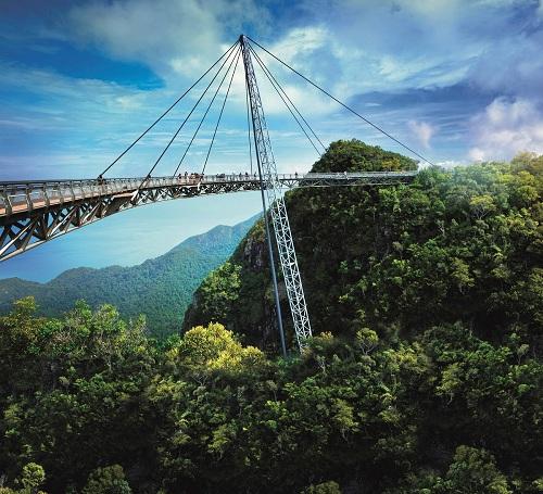 Cáp treo Langkawi và cầu trên không Sky Bridge là nơi hoàn hảo để chiêm ngưỡng thiên nhiên kỳ vĩ của hòn đảo Langkawi. Du khách có thể đicáp treo lên cây cầu bộ hành trên không Sky Bridge được thiết kế hình vòng cung,mang đến tầm quan sát 360 độ cho du khách.