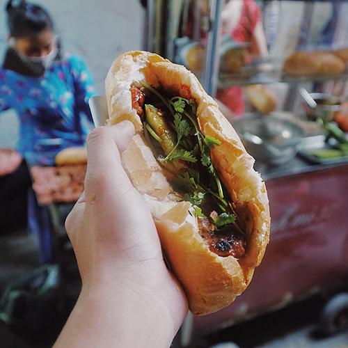 Bánh mì thịt nướngMón ăn không mấy phổ biến ở Sài Gòn và để thưởng thức được vị ngon nhất, thực khách phải ăn ngay khi còn nóng.