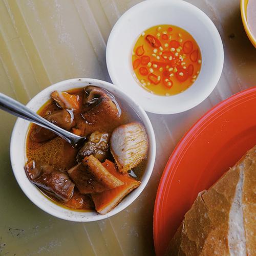 Phá lấuNhắc đến phá lấu ai cũng nhớ đến chén nước dùng màu nâu sóng sánh mang vị ngọt của thịt, vị béo ngậy của nước cốt dừa, vị cay nồng của quế và ngũ vị hương. Ở Sài Gòn có đủ kiểu biến tấu phá lấu với nước bò, heo, dê; ăn cùng bánh mì, mì gói, phá lấu xiên, phá lấu nướng. Khi ăn nêm thêm mắm me pha ớt càng ngon. Chỉ từ 20.000 đồng bạn có thể dùng một phần phá lấu nóng làm bữa ăn nhẹ. Phá lấu được bán ở các khu chợ, phố ăn uống và xe đẩy trên vỉa hè, dễ tìm nhất là ở chợ 200 (quận 4), chợ Bàn Cờ (quận 3), hẻm ăn uống 76 Hai Bà Trưng, hẻm 177 Lý Tự Trọng (quận 1)...