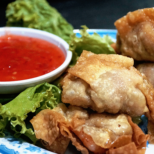 Sủi cảo, há cảoLà món ăn của người Hoa, há cảo và sủi cảo được đông đảo người Sài Gòn ưa chuộng. Là món bánh hấp có kích thước nhỏ bé, hai món này dễ ăn và không gây nặng bụng, thích hợp cho bữa ăn gọn nhẹ. Há cảo thường có vỏ ngoài màu trắng được nặn tròn gọn gàng, có nhân thịt, tôm, cua, rau củ; được ăn khô hấp hoặc chiên. Còn sủi cảo có vỏ ngoài màu vàng, vành nặn rộng xòe ra, có nhân thịt nghiền và rau; thường ăn cùng nước dùng và ăn khô hấp hoặc chiên. Một phần há cảo và sủi cảo đủ cho bữa nhẹ khoảng 20.000 - 40.000 đồng. Hai món bán phổ biến ở khu người Hoa, sủi cảo ngon ở đường Hà Tôn Quyền (quận 11), đường Nguyễn Trãi (quận 5); há cảo bán rộng rãi hơn ở các khu ăn uống bình dân như Đề Thám - Cô Giang (quận 1)..