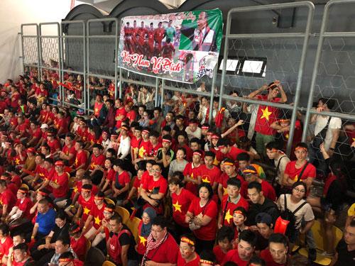 Nhiều người hâm mộ Việt Nam phải đứng ngoài hàng rào để theo dõi trận đấu. Ảnh: Nguyễn Phi Tân.