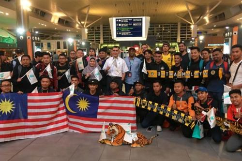 Người hâm mộ Malaysia trước giờ khởi hành. Ảnh: The Star.