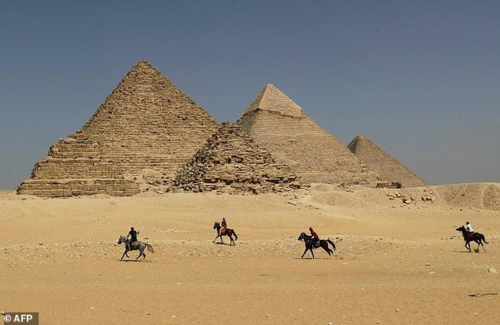 Kim tự tháp Giza là công trình lăng mộ 4.500 tuổi, cao 146 m ở ngoại ô Cairo. Ảnh: AFP.