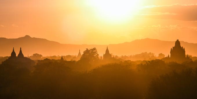 Cảnh du khách chen chúc đằng sau những bức ảnh thanh bình ở Bagan