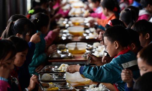Suất cơm trưa có thịt sốt cà chua, lạc rang và canh rau ngót giá 9.500 đồng là mơ ước của nhiều đứa trẻ vùng cao.